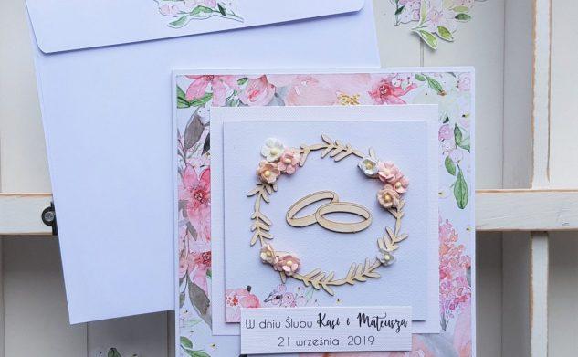 492. Delikatna kartka ślubna z wiankiem i obrączkami
