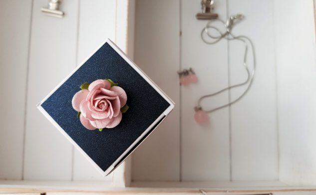 127. Pudrowy róż z perłowym granatem